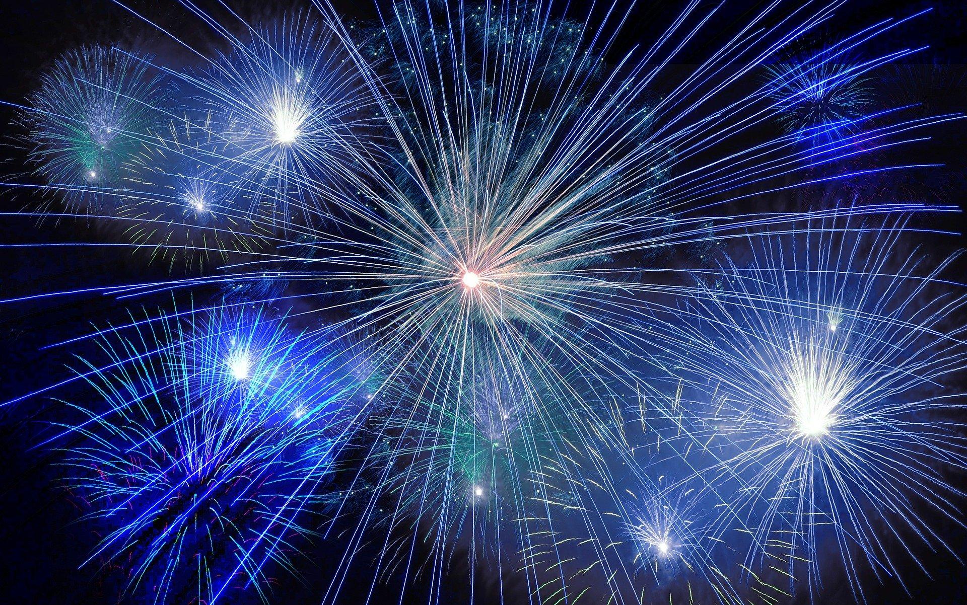 fireworks-574739_1920-min